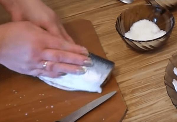 Как сделать слабосоленую селедку в домашних условиях, лучшие рецепты