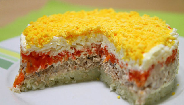 Рыбный салат из консервов с картошкой: рецепты (классический, слоеный)